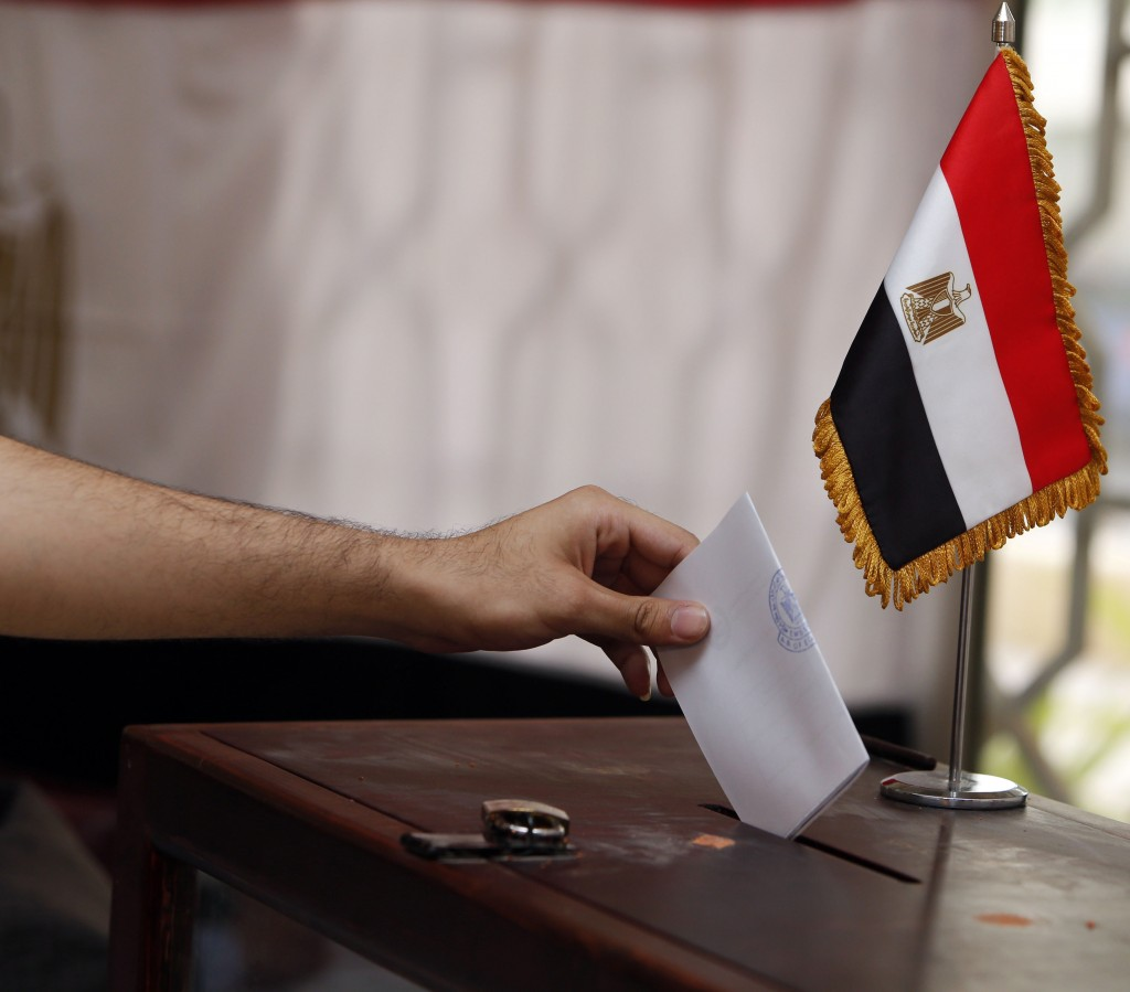 An Egyptian expatriate living in Oman casts his ballot for Egypt's upcoming May 26-27 presidential elections at the Egyptian embassy in Muscat on May 16, 2014. Egyptian expatriates around the world headed to the polls, casting the first votes to name a successor to deposed Islamist president Mohamed Morsi. AFP PHOTO / MOHAMMED MAHJOUB
