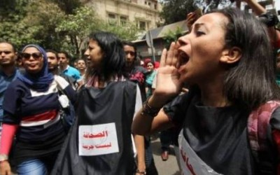 Tens of pro-Sisi protesters gather near Press Syndicate